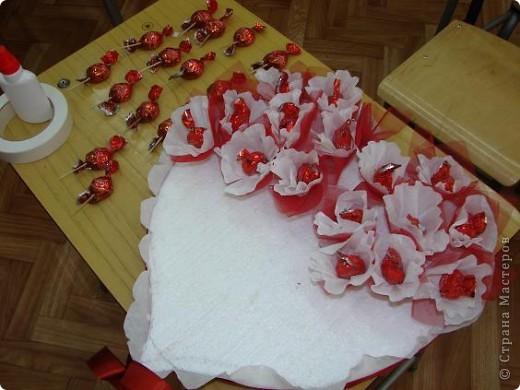 Сердце из гофрированной бумаги и конфет мастер класс