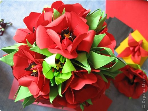 """цветок состоит из 5 элементов. один модуль """"лилия"""" зеленого цвета, бумага размером 10см. два модуля красного или розового цвета(приближенного к цвету маковых лепестков) размер 9см. и, серединка. состоит из двух модулей сделанных как модуль""""супер шар"""". один черного цвета (6см) и желтого цвета (5см). для сердцевинки, делаем модули как для """"супер шара"""", только в укороченном варианте - не разворачивая модуль внутрь.. Фото 1"""
