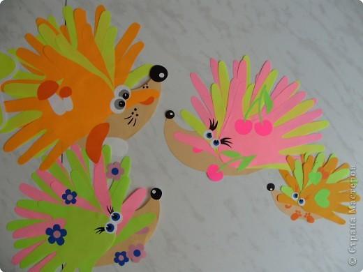 Игры пальчиковые, Коллективная работа, Раннее развитие Аппликация из«ладошек»: Мама и папа и малыши - колючая семейка:-) Бумага. Фото 1