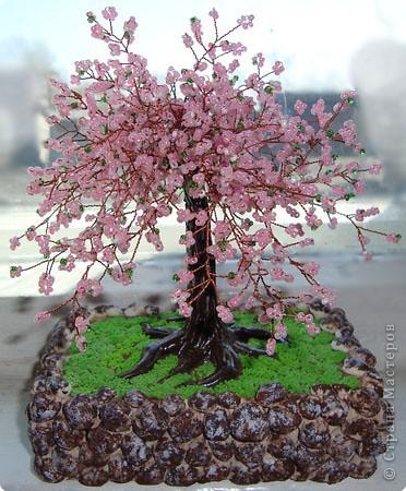 Техника: Бисероплетение Дерево Дерево из бисера материал: бисер 3-х цветов, проволка, подставка (достаточно тяжелая