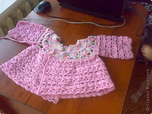платье вязанное крючком и спицей дя девочек 6-8 лет.