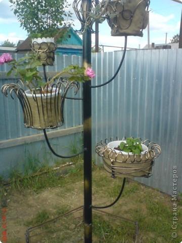 Подставки для цветов из металла в сад своими руками