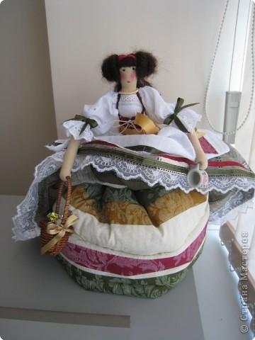 Игрушка Шитьё: кукла-грелка на чайник Грета Ткань. Фото 2