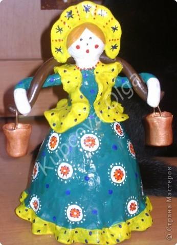 Куклы из пластилина на бутылке