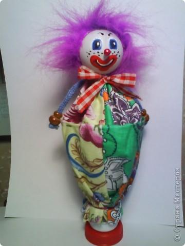 Решила предложить вам мастер-класс по изготовлению куклы дергунчика. Я сделала маленький вариант, так как легче фотографировать. Эту игрушку можно сделать большой и использовать для кукольного театра. для этого необходимо взять пластиковую бутылку большего размера. Итак приступим.. Фото 1