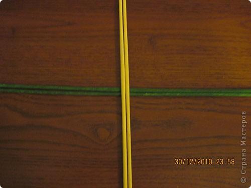 Сделала еще одну тарелочку. На этот раз фотографировала процесс. Здесь выкладу подробное плетение дна .Цвета можно обыгрывать по разному, как и само плетение. Просто показываю принцип. Чтобы дно было прочное и не рассыпалось , надо обплетать не более 4 трубочек. Можно один ряд пропустить 6, но тогда следующий ряд обплести погуще. Фото 2