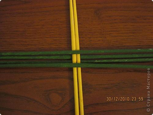 Сделала еще одну тарелочку. На этот раз фотографировала процесс. Здесь выкладу подробное плетение дна .Цвета можно обыгрывать по разному, как и само плетение. Просто показываю принцип. Чтобы дно было прочное и не рассыпалось , надо обплетать не более 4 трубочек. Можно один ряд пропустить 6, но тогда следующий ряд обплести погуще. Фото 3