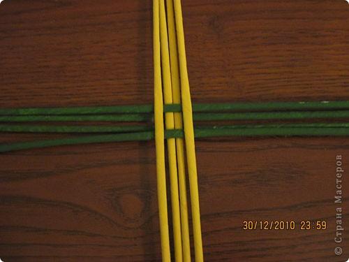 Сделала еще одну тарелочку. На этот раз фотографировала процесс. Здесь выкладу подробное плетение дна .Цвета можно обыгрывать по разному, как и само плетение. Просто показываю принцип. Чтобы дно было прочное и не рассыпалось , надо обплетать не более 4 трубочек. Можно один ряд пропустить 6, но тогда следующий ряд обплести погуще. Фото 4
