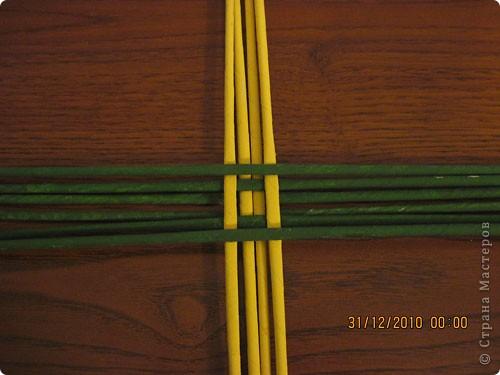 Сделала еще одну тарелочку. На этот раз фотографировала процесс. Здесь выкладу подробное плетение дна .Цвета можно обыгрывать по разному, как и само плетение. Просто показываю принцип. Чтобы дно было прочное и не рассыпалось , надо обплетать не более 4 трубочек. Можно один ряд пропустить 6, но тогда следующий ряд обплести погуще. Фото 5