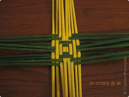 Сделала еще одну тарелочку. На этот раз фотографировала процесс. Здесь выкладу подробное плетение дна .Цвета можно обыгрывать по разному, как и само плетение. Просто показываю принцип. Чтобы дно было прочное и не рассыпалось , надо обплетать не более 4 трубочек. Можно один ряд пропустить 6, но тогда следующий ряд обплести погуще. Фото 9