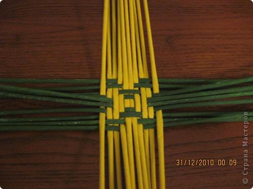 Сделала еще одну тарелочку. На этот раз фотографировала процесс. Здесь выкладу подробное плетение дна .Цвета можно обыгрывать по разному, как и само плетение. Просто показываю принцип. Чтобы дно было прочное и не рассыпалось , надо обплетать не более 4 трубочек. Можно один ряд пропустить 6, но тогда следующий ряд обплести погуще. Фото 10