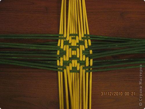 Сделала еще одну тарелочку. На этот раз фотографировала процесс. Здесь выкладу подробное плетение дна .Цвета можно обыгрывать по разному, как и само плетение. Просто показываю принцип. Чтобы дно было прочное и не рассыпалось , надо обплетать не более 4 трубочек. Можно один ряд пропустить 6, но тогда следующий ряд обплести погуще. Фото 13