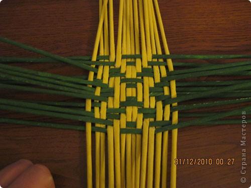 Сделала еще одну тарелочку. На этот раз фотографировала процесс. Здесь выкладу подробное плетение дна .Цвета можно обыгрывать по разному, как и само плетение. Просто показываю принцип. Чтобы дно было прочное и не рассыпалось , надо обплетать не более 4 трубочек. Можно один ряд пропустить 6, но тогда следующий ряд обплести погуще. Фото 14