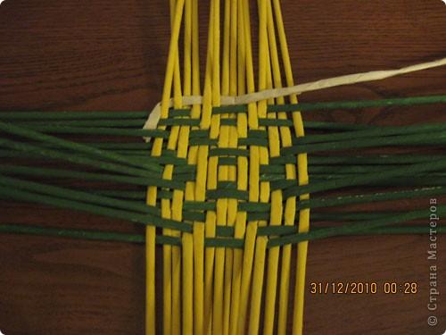 Сделала еще одну тарелочку. На этот раз фотографировала процесс. Здесь выкладу подробное плетение дна .Цвета можно обыгрывать по разному, как и само плетение. Просто показываю принцип. Чтобы дно было прочное и не рассыпалось , надо обплетать не более 4 трубочек. Можно один ряд пропустить 6, но тогда следующий ряд обплести погуще. Фото 15