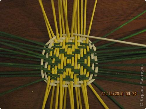 Сделала еще одну тарелочку. На этот раз фотографировала процесс. Здесь выкладу подробное плетение дна .Цвета можно обыгрывать по разному, как и само плетение. Просто показываю принцип. Чтобы дно было прочное и не рассыпалось , надо обплетать не более 4 трубочек. Можно один ряд пропустить 6, но тогда следующий ряд обплести погуще. Фото 18
