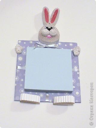 В этом году решила сделать магниты с символами года полезными. Сидящий кролик с подарком-блокнотом.. Фото 2