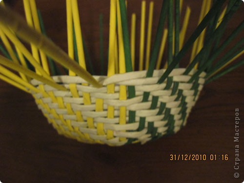 Сделала еще одну тарелочку. На этот раз фотографировала процесс. Здесь выкладу подробное плетение дна .Цвета можно обыгрывать по разному, как и само плетение. Просто показываю принцип. Чтобы дно было прочное и не рассыпалось , надо обплетать не более 4 трубочек. Можно один ряд пропустить 6, но тогда следующий ряд обплести погуще. Фото 22