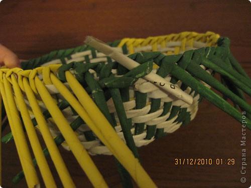 Сделала еще одну тарелочку. На этот раз фотографировала процесс. Здесь выкладу подробное плетение дна .Цвета можно обыгрывать по разному, как и само плетение. Просто показываю принцип. Чтобы дно было прочное и не рассыпалось , надо обплетать не более 4 трубочек. Можно один ряд пропустить 6, но тогда следующий ряд обплести погуще. Фото 28