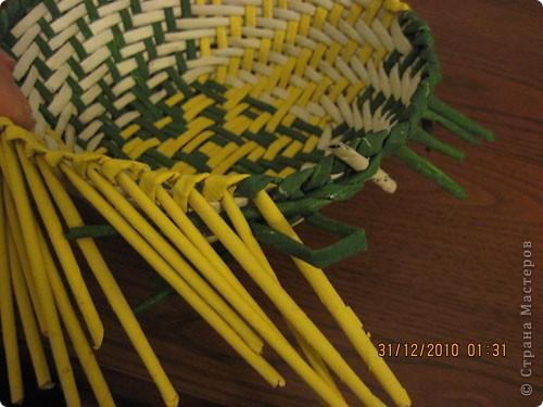 Сделала еще одну тарелочку. На этот раз фотографировала процесс. Здесь выкладу подробное плетение дна .Цвета можно обыгрывать по разному, как и само плетение. Просто показываю принцип. Чтобы дно было прочное и не рассыпалось , надо обплетать не более 4 трубочек. Можно один ряд пропустить 6, но тогда следующий ряд обплести погуще. Фото 29