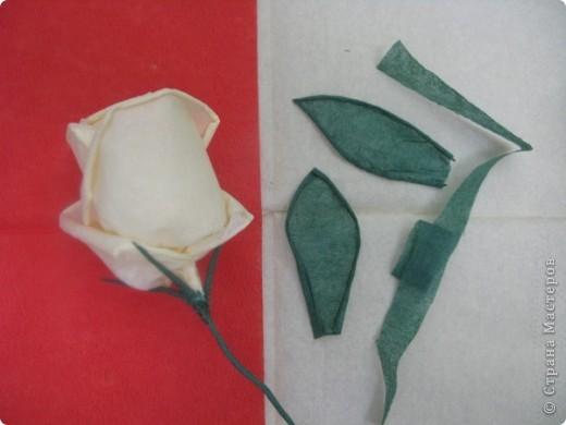 Хочу поделиться с Вами техникой изготовления роз из бумажных салфеток.Долго пыталась найти в интернете розы из салфеток. которые были бы похожи на настоящие. Мой сын очень критически оценивал все мои попытки. Только после положительной оценки самого строгого критика решила показать свою работу на всеобщее обозрение.. Фото 24