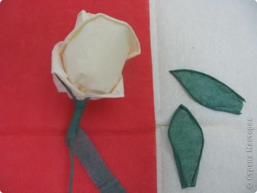 Хочу поделиться с Вами техникой изготовления роз из бумажных салфеток.Долго пыталась найти в интернете розы из салфеток. которые были бы похожи на настоящие. Мой сын очень критически оценивал все мои попытки. Только после положительной оценки самого строгого критика решила показать свою работу на всеобщее обозрение.. Фото 25
