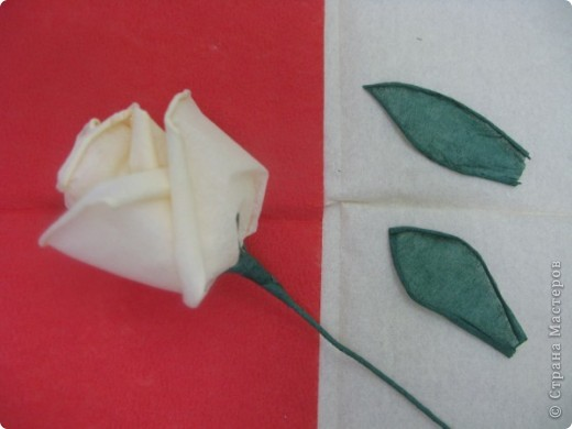 Хочу поделиться с Вами техникой изготовления роз из бумажных салфеток.Долго пыталась найти в интернете розы из салфеток. которые были бы похожи на настоящие. Мой сын очень критически оценивал все мои попытки. Только после положительной оценки самого строгого критика решила показать свою работу на всеобщее обозрение.. Фото 26