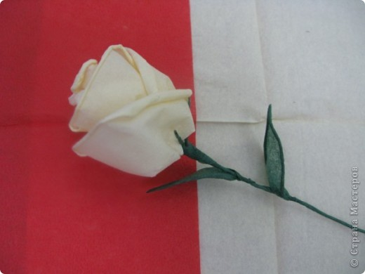 Хочу поделиться с Вами техникой изготовления роз из бумажных салфеток.Долго пыталась найти в интернете розы из салфеток. которые были бы похожи на настоящие. Мой сын очень критически оценивал все мои попытки. Только после положительной оценки самого строгого критика решила показать свою работу на всеобщее обозрение.. Фото 27