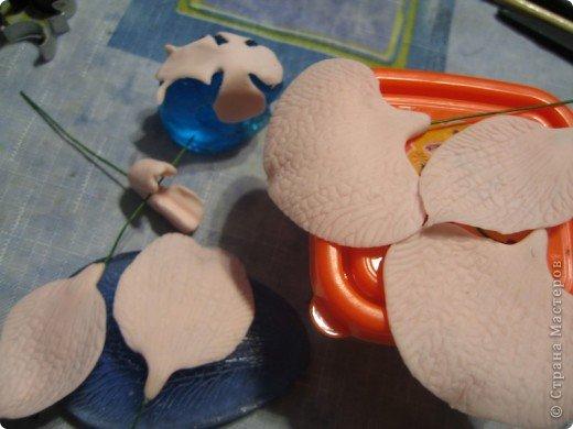 отщипнуть пять шариков. два из 5 чуть больше-на боковые лепестки. Фото 19
