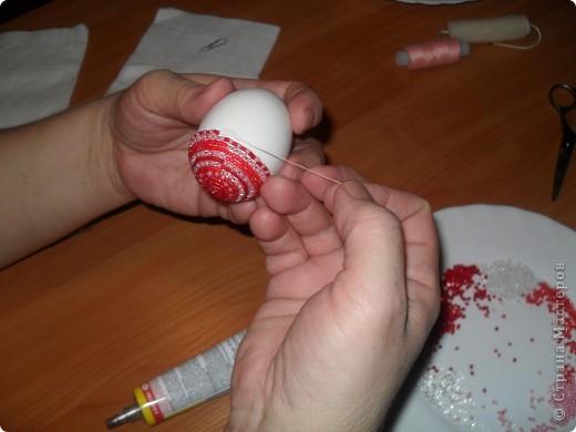 Szeretném ajánlani a fonás technikáját gyöngyökkel tojások, amelyek nem bonyolult, fényes és színes.  Sok évvel ezelőtt láttam egy újságban, és azóta együtt a diákok díszítik a húsvéti tojásokat.  Próbálja ki, nem nehéz ..  22. kép