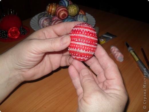 Хочу предложить вам технику оплетения яиц бисером, которая совсем не сложная, яркая и красочная. Много лет назад увидела ее в каком-то журнале и с тех пор вместе с учениками украшаю яйца к Пасхе. Попробуйте, это не сложно.. Фото 23