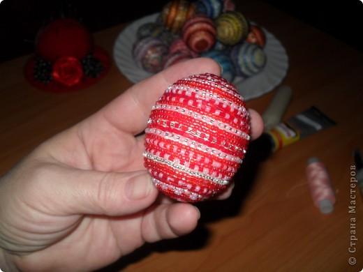 Хочу предложить вам технику оплетения яиц бисером, которая совсем не сложная, яркая и красочная. Много лет назад увидела ее в каком-то журнале и с тех пор вместе с учениками украшаю яйца к Пасхе. Попробуйте, это не сложно.. Фото 24