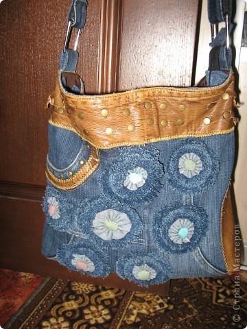 ...из старых джинс-капри, декорирована цветами из джинсовых полосок и...
