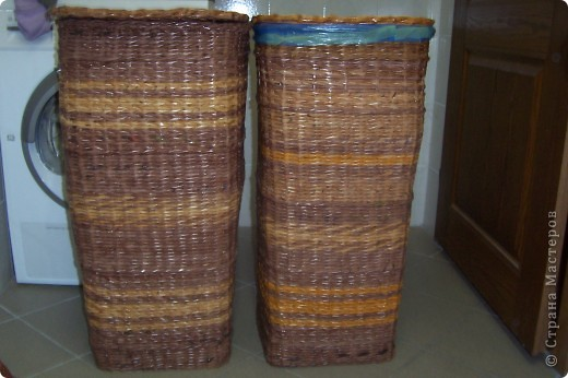Поделка, изделие Плетение: Корзины для мусора и белья Бумага газетная.