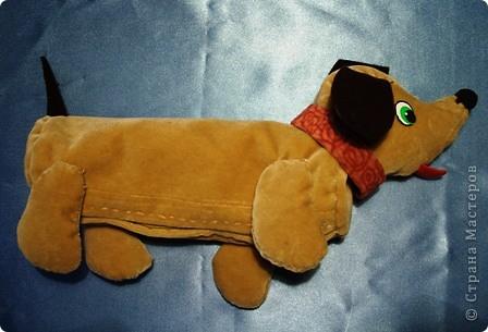 Я очень люблю собак. Особенно мне нравятся таксы. Поэтому я сшила себе пенал из бархатистой ткани в виде щенка.. Фото 1
