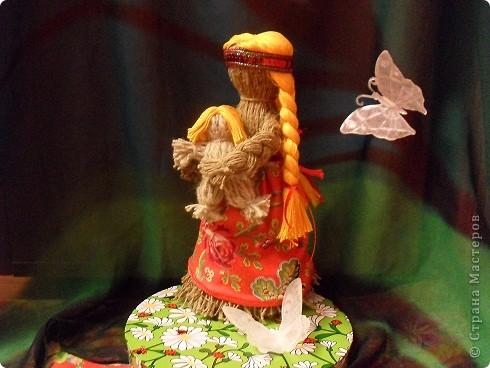 Это- Ладушка. Раньше к любому празднику в семье мастерили куклу, в которую вкладывалась частица души. Поэтому выбрасывать таких кукол считалось делом грешным. Их бережно складывали в сундук.Наши предки-славяне славили в этот день Ладу — хранительницу семейного очага, покровительницу свадеб и семейного счастья.Вот и я решила сделать себе Ладушку. Фото 1