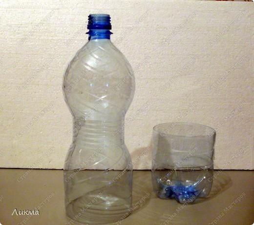 Почему бы не обыграть форму пластиковой бутылки? В ней я увидела и головку куклы и шейку:) Отрежем часть бутылки и оставим так, как бы предполагаемые голову и плечики.. Фото 2