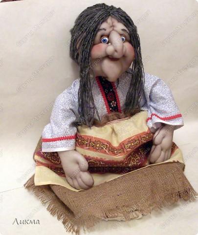Приступаем к оформлению куклы. У куклы-домашки рубаха ( в нашем случае) или платье выполняет роль мешка для хранения пакетов.. Фото 14