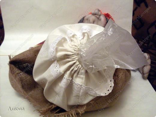 Приступаем к оформлению куклы. У куклы-домашки рубаха ( в нашем случае) или платье выполняет роль мешка для хранения пакетов.. Фото 16