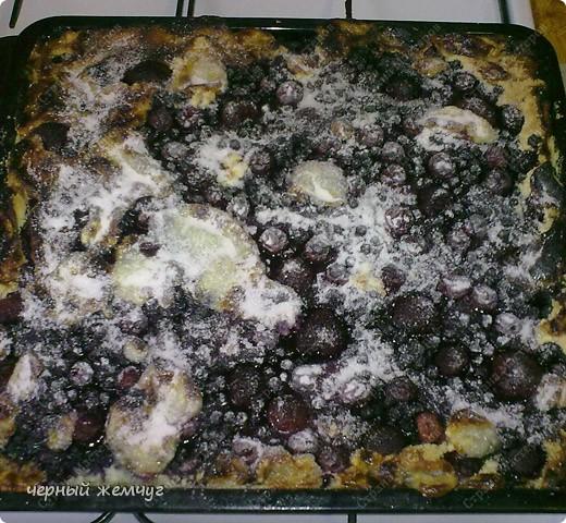 Творожный пирог с фруктами.Для его приготовления понадобиться: творог ( 4 пач.), масло сливочное ( 2 пач.), сода ( 2 чай. ложки), сахар ( 2 стакана), мука ( 4 стакана), яйцо (4 шт), с/м фрукта без косточки. Я беру клубнику, черную смородину и вишню. Летом можно и нужно использовать свежие фрукты. Фото 11