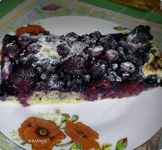 Творожный пирог с фруктами.Для его приготовления понадобиться: творог ( 4 пач.), масло сливочное ( 2 пач.), сода ( 2 чай. ложки), сахар ( 2 стакана), мука ( 4 стакана), яйцо (4 шт), с/м фрукта без косточки. Я беру клубнику, черную смородину и вишню. Летом можно и нужно использовать свежие фрукты. Фото 1