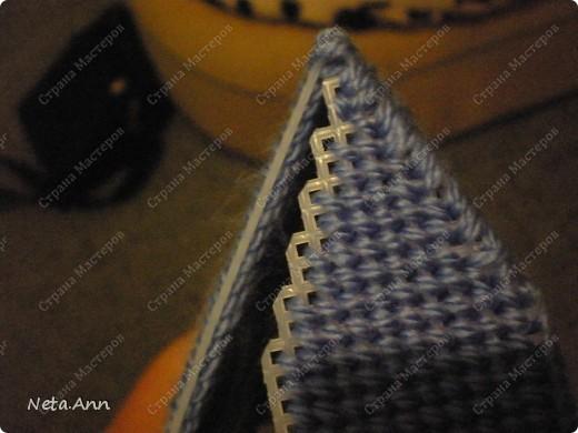 Сегодня я расскажу как можно сделать такую сумку из пластиковой канвы. Нам понадобиться два листа пластиковой канвы, нитки, иголки, ножницы, маркер(для удобства). . Фото 11