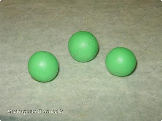 Нам понадобится пластика зеленого и цвета слоновой кости. Чтобы сделать светло - зелёный цвет, я смешивала зеленую и белую (1:2). Фото 5