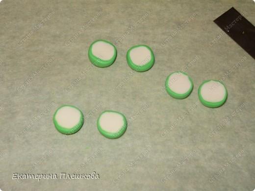 Нам понадобится пластика зеленого и цвета слоновой кости. Чтобы сделать светло - зелёный цвет, я смешивала зеленую и белую (1:2). Фото 6