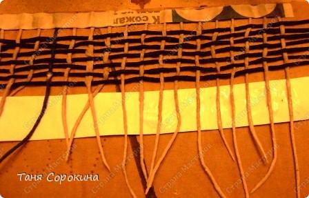 Задумала я экологический браслет с плетением. Основа, как и раньше, бобинка из-под скотча, а вот узор решила сплести из салфеточных нитей. Работка, я вам скажу, не из лёгких...но если я захотела... Ссылка на мой МК по кручению нитей <a  data-cke-saved-href=