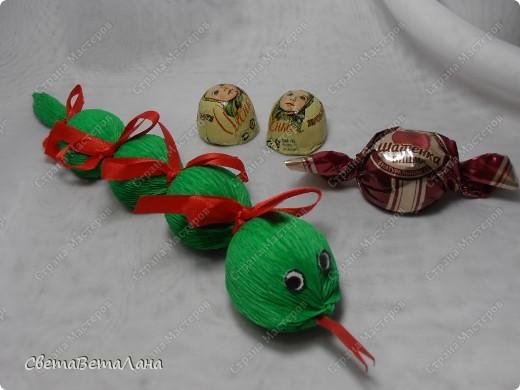 Мастер-класс, Свит-дизайн Бумагопластика: Змейка - презент за 15 минут................. Бумага гофрированная Новый год. Фото 1