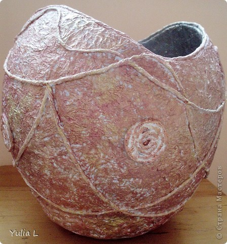 Для создания такой вазы в технике папье-маше понадобятся: надувной шар, крем или вазелин, туалетная бумага, бумажные салфетки, клей ПВА, акриловые краски или гуашь, нитки, макетный или канцелярский нож.. Фото 1