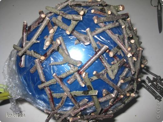 Маленький МК. Очень все просто - мы берем технику накручевания ниток на шарик, только заменила нитки на порезанные ветки и клеила веточку к веточке. . Фото 2