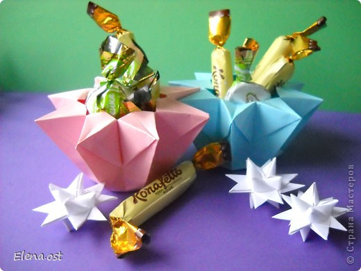 Коробочка-звездочка в технике оригами. Можно положить сладкий подарок, мягкую игрушку, украшения и поставить под елочку от Деда Мороза.Из цветной бумаги для принтера (квадрат 21х21) получается коробочка в диаметре 11 см (по крайним точкам).. Фото 1