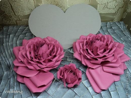 Вот пришла идея сделать из роз валентинку.МК на розы я уже выкладывала.Вам понадобиться:бумага А4-15-18 листов ,узкая тесьма  или лента 45 см,нитка   в два сложения ,картон плотный,клей  и нож канцелярский.. Фото 2