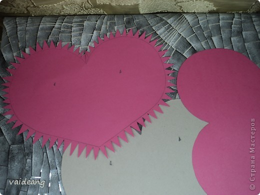 Вот пришла идея сделать из роз валентинку.МК на розы я уже выкладывала.Вам понадобиться:бумага А4-15-18 листов ,узкая тесьма  или лента 45 см,нитка   в два сложения ,картон плотный,клей  и нож канцелярский.. Фото 4